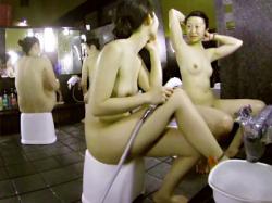 【銭湯盗撮動画】スーパー銭湯の洗い場で地味めな女子二人組が美乳を揺らし体を洗う姿を隠しカメラ撮りwwの画像