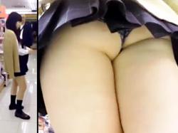 【JK逆さ撮り盗撮動画】母親と一緒にドンキホーテで化粧品を探す黒の極小パンティを履いた制服女子校生を隠し撮りwwの画像