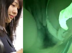 【JK痴漢盗撮動画】満員電車内でサイドから白パンティをハサミで切り落とされ無造作に生えたマン毛が見える女子校生に手マンwwの画像