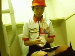 【店員おしっこ盗撮動画】マクドナルドの従業員も利用するトイレに隠しカメラ…マック制服を着たバイトの放尿を隠しカメラ撮りwwの画像