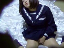 【無修正オナニー盗撮動画】制服姿のままオナニーするJC妹の部屋に姉乱入…寝たふりで誤魔化す妹を家庭内盗撮wwの画像