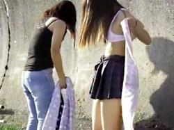 【JK野外着替え盗撮動画】学校帰りに近所の浜辺にやってきた女子校生…人気がないと思い制服からビキニ水着に生着替えwwの画像
