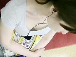【胸チラ盗撮動画】胸元がガバ開きのシャツを着た素人女性を電車内で様々な角度から胸の谷間を隠し撮りwwの画像