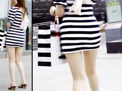 【上海街撮り盗撮動画】母親と一緒に歩いていてもナンパされるタイトワンピースで美脚を露出した女性を隠し撮りwwの画像