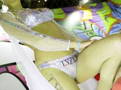 【東京オートサロン盗撮動画】ゴージャスでエロい衣装で有名なLYZERのコンパニオン『花澤亜佐子』の下半身を隠し撮りwwの画像