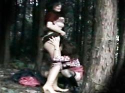 【レズ盗撮動画】非現実的な空間でのプレイのため人里離れた山奥で青姦プレイをするレズカップルを隠し撮りwwの画像