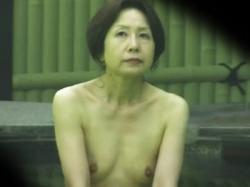 【熟女露天風呂盗撮動画】人妻や高齢女性が多数訪れる温泉宿…性欲強そうな三十路から生理上がったオバサンまで隠し撮りwwの画像