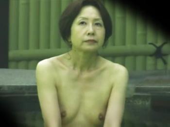 素人熟女露天風呂裸画像