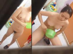 【民家風呂盗撮動画】ベトナム民家と思われる浴槽で体を洗う美形ベトナム女性の綺麗な裸体を隠し撮りwwの画像