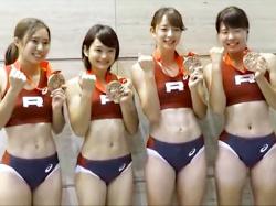 【陸上女子盗撮動画】日本選手権リレーでブルマ型ユニフォームを着た女子大生たちの表彰式を隠し撮りwwの画像