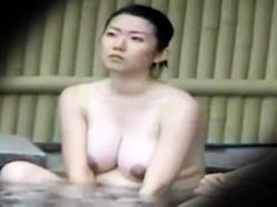 【母乳おっぱい露天風呂盗撮動画】出産したばかりで乳輪真っ黒ながら爆乳仕様になった人妻を温泉で隠し撮りwwの画像