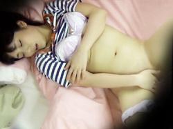【無修正オナニー家庭内盗撮動画】自室で完全にオフモード中の美人姉…パンツ食い込ませパイパンまんこをいじるwwの画像
