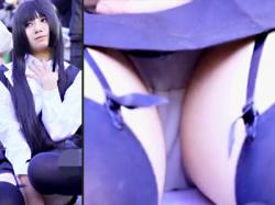 【コスプレパンチラ盗撮動画】地べたに座るコスプレヤーをローアングルでエロ目線盗撮…綿パンツクロッチを接写撮りwwの画像