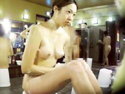 【銭湯盗撮動画】理想的なムッチリ具合がちょうど良い…スーパー銭湯で体を洗う20代女性を隠しカメラ撮りwwの画像