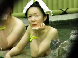 【熟女露天風呂盗撮動画】家事や子育てを十分に頑張った母の哀愁漂うおばさんたちが入る温泉を隠し撮りwwの画像
