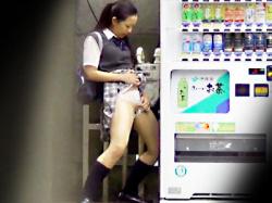 【JK野ション盗撮動画】自動販売機の影に隠れて立ちションする女子校生…度が過ぎた悪ふざけを隠し撮りwwの画像
