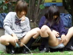 【JK連れション盗撮動画】公園で談笑中に体が冷えて女子校生に尿意が襲う…友達誘っておしっこ飛ばしあいを隠し撮りwwの画像