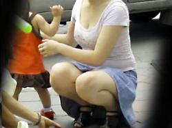 【子連れママ胸チラ盗撮動画】ミニのデニムスカートに着衣巨乳オッパイの人妻…子供と遊んでいる隙だらけの様子を隠し撮りwwの画像