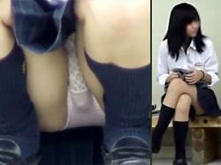 【JKパンチラ盗撮動画】もりまん過ぎる女子校生を発見…街中にあるベンチに座りパンツ丸見えの女子生徒を隠し撮りwwの画像
