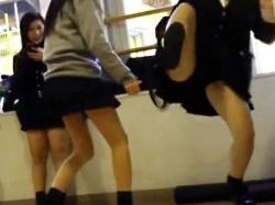 【学園パンチラ盗撮動画】女子校では多少パンツが見えても誰も動じない!?黒パンティが丸見えな女子校生を学校で隠し撮りwwの画像