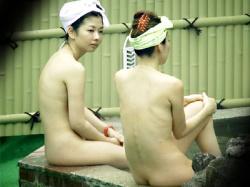 【女子大生露天風呂盗撮動画】若い女性客が多数利用する温泉が見える位置に潜み望遠レンズで隠し撮りwwの画像
