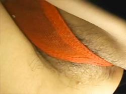 【ハミ毛パンチラ盗撮動画】幼い顔しておまんこは剛毛…パンツのクロッチからハミ出したマン毛をドアップで隠し撮りwwの画像
