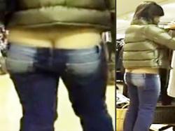 【ローライズ盗撮動画】ノーパンなのだろうか…!?お尻の割れ目が完全に見えているデニムを履いた素人女性を隠し撮りwwの画像