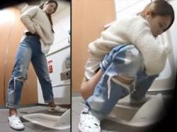 【駅トイレ盗撮動画】外では列を作っているであろう大混雑する駅構内の和式トイレでオシッコする女性たちを隠しカメラ撮りwwの画像