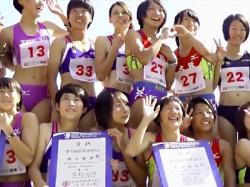 【JK陸上女子盗撮動画】32人のセパレートユニフォームを着た女子校生が表彰される様子をエロ目線で隠し撮りwwの画像