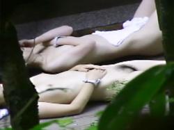 【露天風呂盗撮動画】温泉に入り全裸で寝転ぶという非現実的な空間を楽しむ素人女性の剛毛マン毛を接写撮りwwの画像