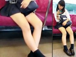 【JK電車盗撮動画】見えそうで見えないミニスカ制服の女子校生が電車の座席で白肌太ももを露出しているところを隠し撮りwwの画像