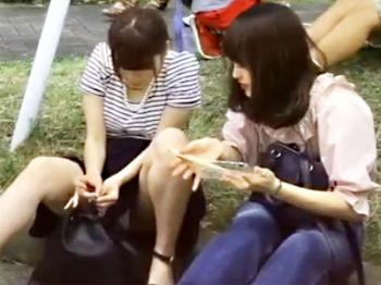 【女子大生パンチラ盗撮動画】大学の昼休憩に外で昼食を取るミニスカJDたちのパンツを次々と隠し撮りした映像が流出wwの画像