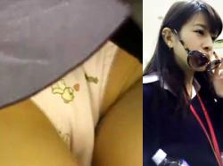 【キャラパンJK盗撮動画】可愛いクマさんの柄がプリントされた綿パンツを穿く女子校生の股間を店内で隠し撮りwwの画像