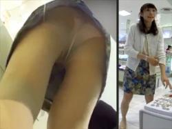 【アパレル店員逆さ撮り盗撮動画】花柄ミニスカにパンティストッキングを穿いた店員に近付きフルバックパンティを接写撮りwwの画像