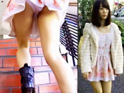 【階段パンチラ盗撮動画】ミニスカワンピースが非常に似合う童顔女子の背後から隠し持ったカメラでローアングル盗撮wwの画像