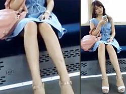 【美脚盗撮動画】見えそうで何故か見えない…ミニスカワンピースを着た見た目100点の清楚系女性を電車内で隠し撮りwwの画像