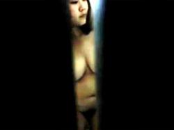 【巨乳民家盗撮動画】もっと全貌を見たい気持ちが溢れ出てくる…超爆乳女性の全裸姿を隙間から隠し撮りwwの画像