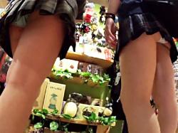 【JK逆さ撮り盗撮動画】ローアングルで隠し撮りするだけでダブルパンチラしている二人組の女子校生wwの画像