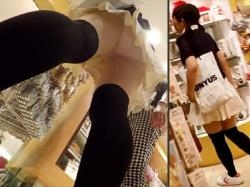 【黒ニーソ逆さ撮り盗撮動画】幼く見える女の子たちを中心に可愛い綿パンツばかりを店内で隠し撮りwwの画像