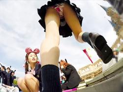 【ディズニー盗撮動画】夢の国に浮かれて完全無防備…ミニスカ制服JKのサテン生地パンティを隠し撮りwwの画像