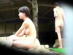 【巨乳露天風呂盗撮動画】関西弁をしゃべる女性たちが多数入る女湯…女盗撮師が裸体を無差別に隠し撮りwwの画像