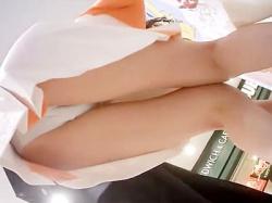 【働く女性逆さ撮り盗撮動画】ハロウィン時期にコスプレ衣装を着てアンケートを求めてくる女性の下着を隠し撮りwwの画像