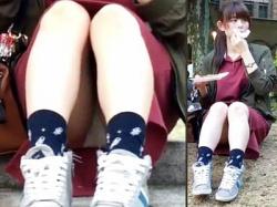【学園祭パンチラ盗撮動画】広場に座って軽食を楽しむワンピース服の女子大生…体育座りで白パンツが丸見えwwの画像
