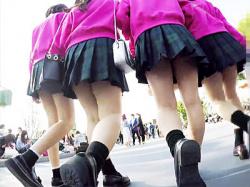 【ディズニーランド逆さ撮り盗撮動画】ピンクトレーナーにミニスカ制服を着た四つ子コーデの女子校生たちを隠し撮りwwの画像