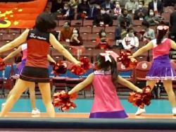 【チアガール盗撮動画】女子バレーボールのハーフタイム中…女性と幼女が入れ混じったチアダンサーを隠し撮りwwの画像