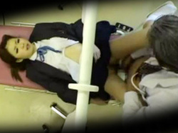 【JK産婦人科盗撮動画】痛い…?内診台で子宮の検査をする女子校生のキツキツマンコに生チンポを挿入する医師wwの画像
