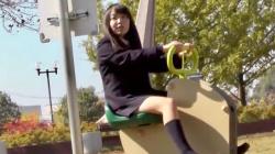 公園でパンチラを連発して彼氏を誘惑する変態JKを盗撮wの画像