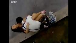 路上で激しく燃え上がるカップルを盗撮の画像