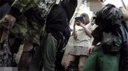 【パンチラ盗撮動画】電車の中でミニスカギャルのパンツを接写撮影…降りてからも追跡逆さ撮り!の画像
