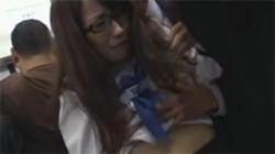 【痴漢盗撮動画】電車内で見知らぬ男に身体を弄られ声を出せず必死に我慢する眼鏡JKを隠し撮り!の画像